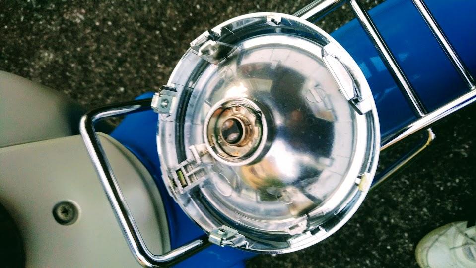 カブのヘッドライトのバルブ交換