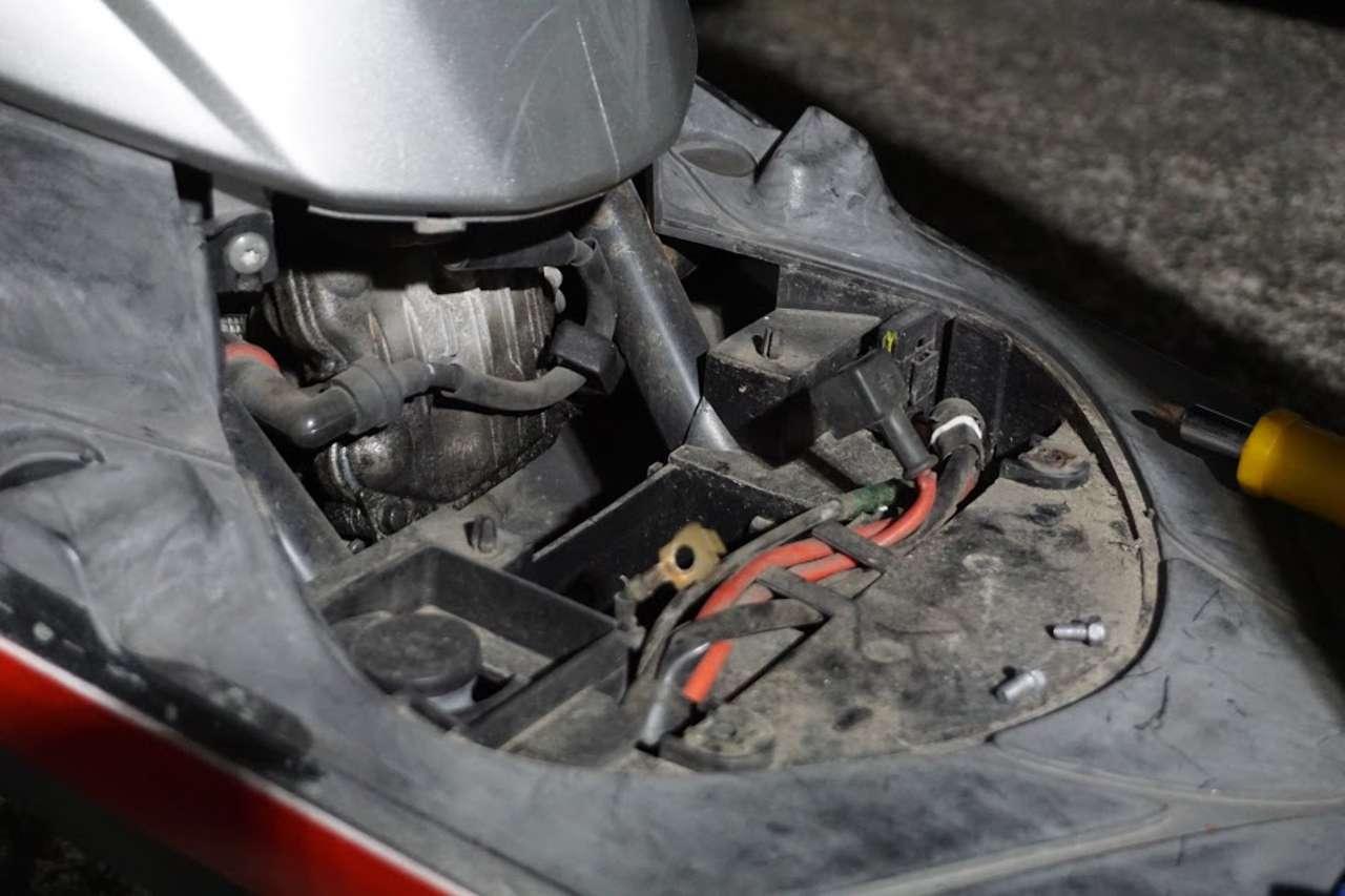 ジョグのバッテリーとエアフィルターを交換しました。